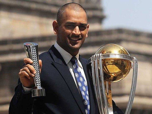 ms-dhoni-with-world-cup