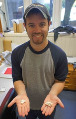 博士生Robert Boessenecker和一件白鱀豚的耳骨複製標本。(圖片攝影:蔡政修)