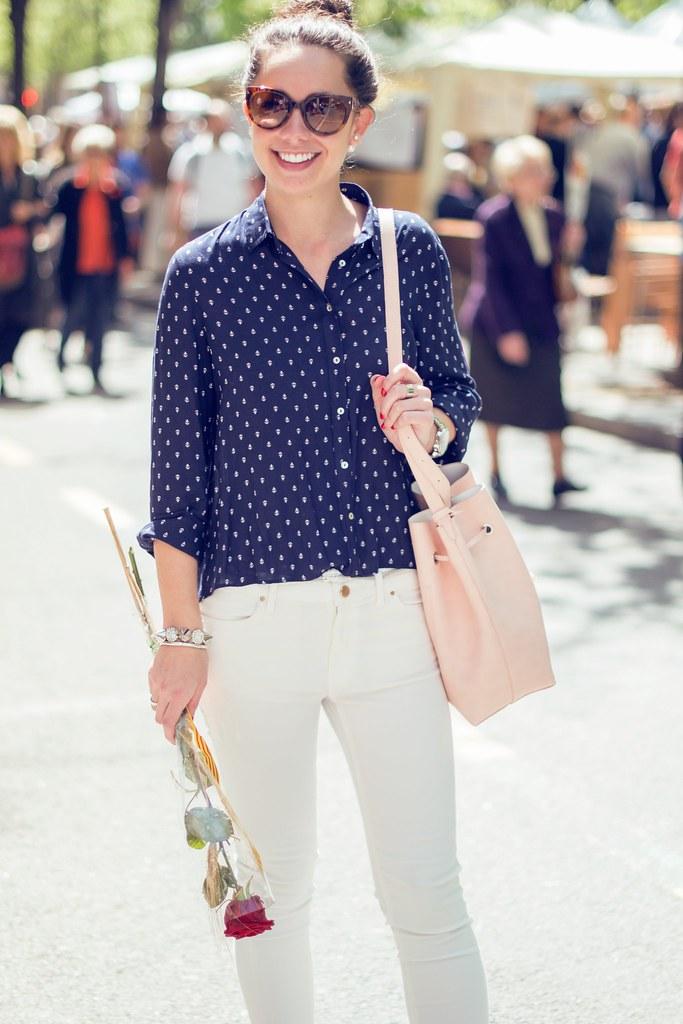 Cómo combinar una blusa azul marino estampada