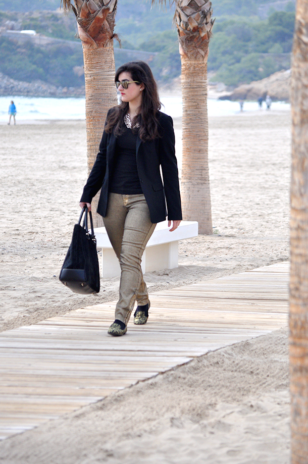 something fashion, nine west slippers brocade, gold trousers zara, beach spain fashion blogger fblogger valencia, blazer, carolina herrera black sweedy bag big, jimmy choo carrera sunglasses flat shoes, moda valencia estilo blog
