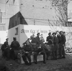 Soldaten van Queen's Own Rifles of Canada rusten uit in Deventer, 11 april  1945, op de muur staat de lijfspreuk van de SS   Soldiers of Queen's Own Rifles of Canada take a rest in Deventer, april 11th 1945,  on the wall remains the slogan of the SS, 'My