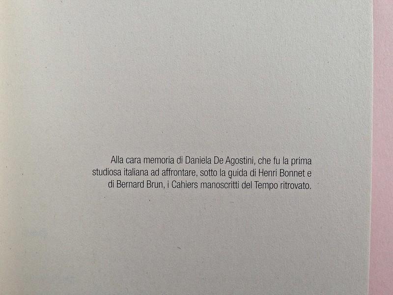 La ragazza con le rose rosse, di Marcel Proust. Nuova Editrice Berti 2014. [Responsabilità grafica non indicata]. Pagina dell'esergo, a pag. 6 (part.), 1