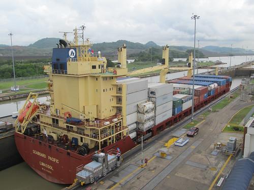 """Canal de Panama: un """"petit"""" porte-conteneurs pas très chargé"""