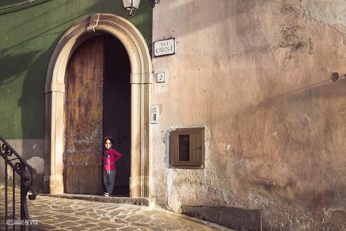 Bambina alla porta