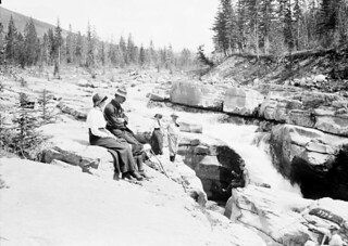 Sir A. Conan Doyle and party on the rocks, Maligne River / Sir A. Conan Doyle et ses compagnons sur des rochers près de la rivière Maligne
