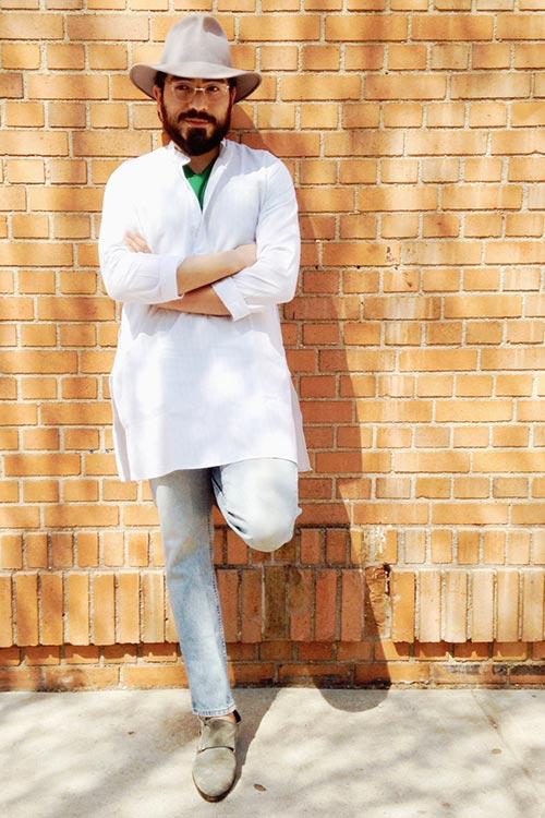 プルオーバーロング丈白シャツ×ジーンズ×ベージュWモンクストラップ