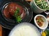 昼食。前から気になっていた銀座二丁目の入りづらい日本料理店で「煮込みハンヴァーグ」(ハンバーグではない。メニューに「ハンヴァーグ」と書いてある)。小鉢が2つ、茶わん蒸し、デザートも付いている。 期待した「ハンヴァーグ」は、いい素材を使って丁寧につくった印象に残らない味、という感じ。1,450円はちょっと高い。
