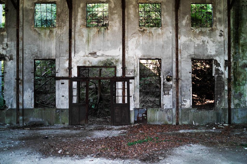 発電所跡の窓枠