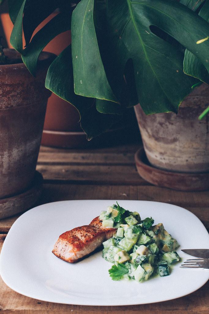 Salmão Grelhado com Pepino, Abacate e Iogurte