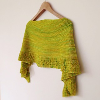 This is a shawl that I knit at the beginning of the year that I never showed you. Is the second one in fact. The first I knit it last year while I was on holidays in Greece. I was aiming to write the pattern and publish it, but I never got the time to do