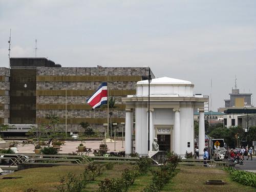 San José: le drapeau du Costa Rica devant les bâtiments du Pouvoir Judiciaire, juste à côté de notre hostel