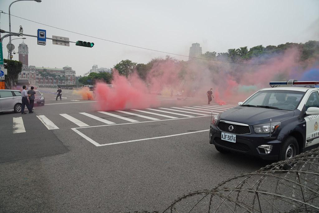 五一遊行在凱道前朝總統府扔擲煙霧彈。(攝影:王顥中)