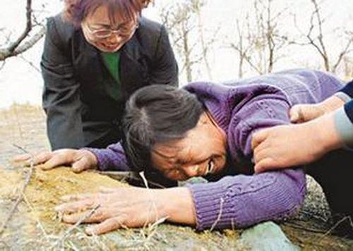 聂树斌的母亲张焕枝哭倒在他的坟头