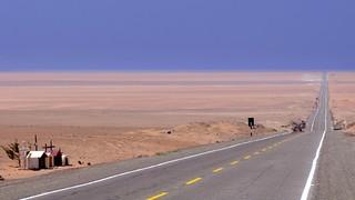 Highway Pan American (1S) in Sechura Desert / Rodovia Pan-Americana (1S) no deserto de Sechura