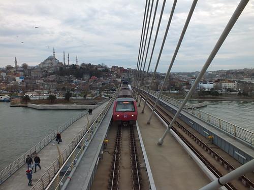 Metró-híd-megálló az Aranyszarv-öböl felett