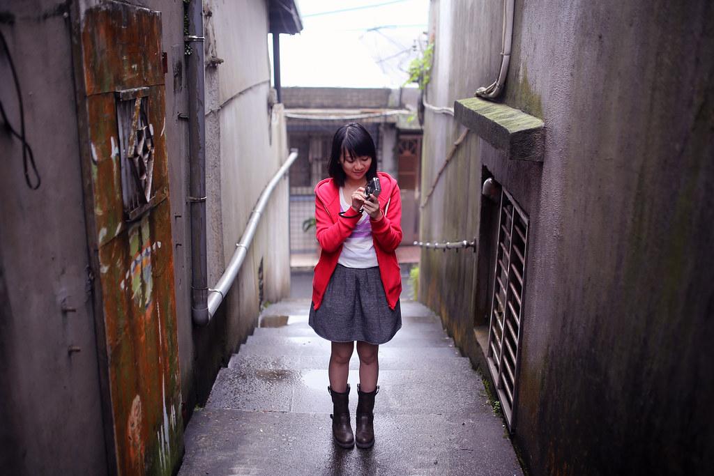 九份 Taipei, Taiwan / Sigma 35mm F1.4 / Canon 6D 有些畫面拍掉了,應該就不會在拍第二次,所以會好好把握的拍所有想要表現的畫面。  不過有些畫面會故意放不同人拍一樣的景,像是地下道那一系列。(雖然 #2 也是妹妹, #3 也還不知道要找誰拍)  Canon 6D Sigma 35mm F1.4 DG HSM Art IMG_8078 2016/05/01 Photo by Toomore