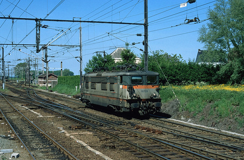 BB 16725 SNCF leaving the Belgian station of Quévy in direction of Aulnoye-Aymeries on 16 May 2002