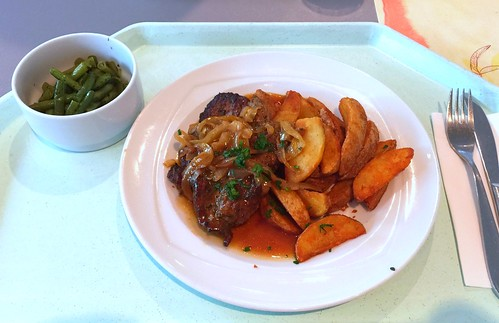Pork steak with roast onions, gravy & country potatoes / Holzfällersteak mit Bratensauce & Country Potatoes