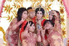 Kendalikan dirimu karena kamera kami selalu mengintaimu 😀😀😀   Foto pernikahan dg baju pengantin baju Bodo adat Bugis di wedding Kak Eka & Ardi di Cilincing Jakarta Utara. Fotografer wedding by @adamvalian (tim @poetrafoto), http