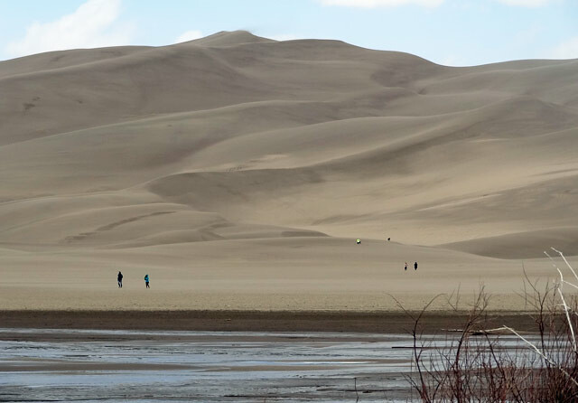 hikers-great-sand-dunes
