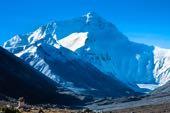 Biketour Lhasa-Kathmandu. Traumziel für Mountainbiker: Anblick des Mount Everest, 8850 m, vom Kloster Rongbuk, 5000 m.