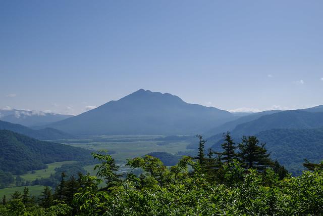 樹林帯を越えて尾瀬ヶ原と燧ケ岳を展望
