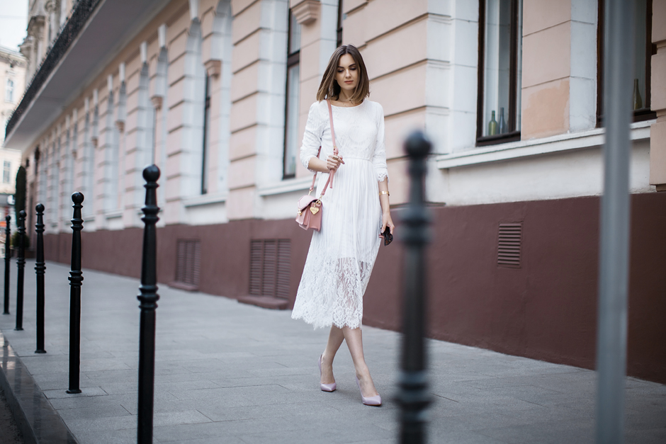 how-to-wear-white-lace-dress-outfit