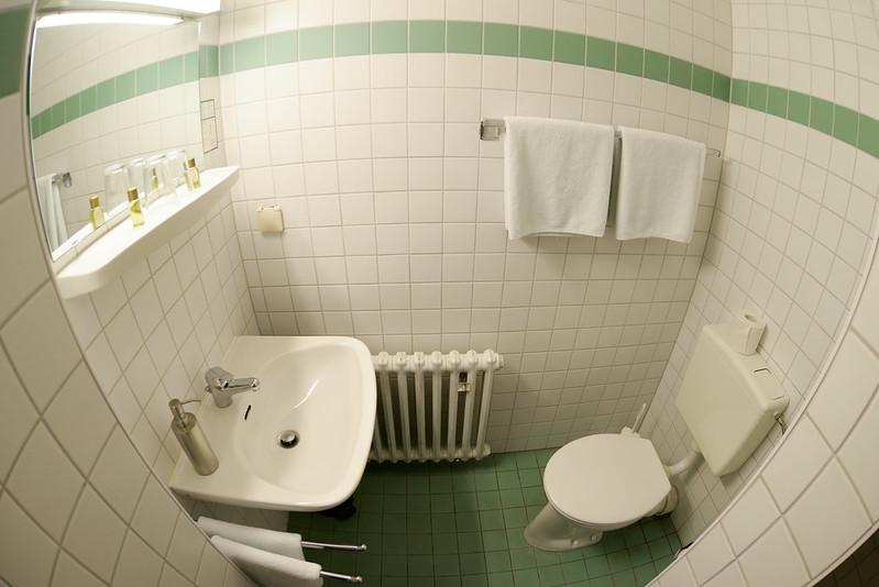 【廁所部分】話說馬桶似乎是很古早的設計,水流出處是在前方的