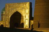 Buchara, Sockel des Kalan-Minaretts und Diwan der daran anschließenden Moschee im Abendlicht. Foto: Bruno Baumann.