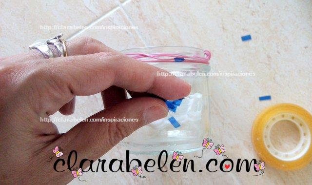 Como decorar botes de cristal con teselas de botellas de plastico