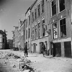 Canadese soldaten in Deventer doorzoeken de panden, 11 april   Canadian soldiers search houses in Deventer, april 11th 1945   Les soldats canadiensrecherchaient des maisons à Deventer, 11 avril 1945