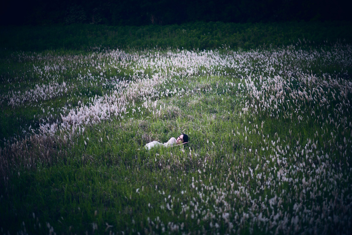 Gestalta photographed by Akiomi Kuroda. A girl lies in the middle of a large feild of white flowers