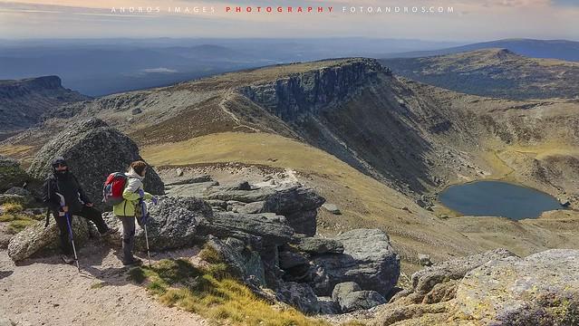Ultimos tramos de subida a los Picos de Urbión cara Oeste con la laguna de Urbión abajo a la derecha. //Last uphill sections of the Picos de Urbión face West with Lagoon Urbión bottom right