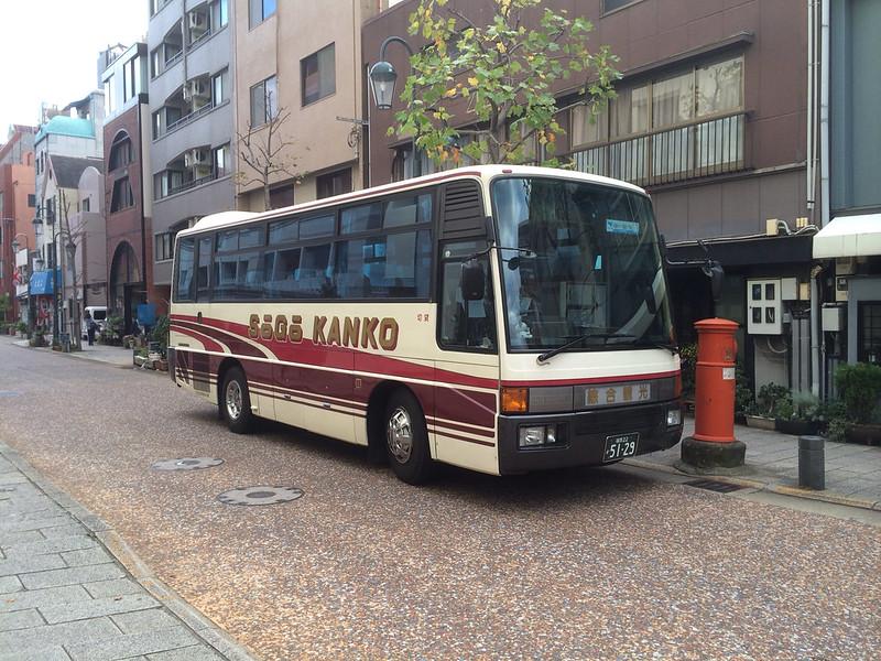 ホテル前にバス