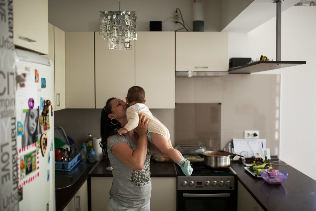 Éva az egyik jelenleg általa nevelt gyermekkel a konyhájukban | Fotó: Magócsi Márton