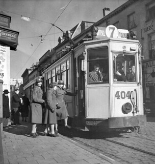 Corporals Eileen Sainsbury and Rita Moffat and Pte. Christina Gray, CWACs, boarding a streetcar... / Les caporales Eileen Sainsbury et Rita Moffat et la soldate Christina Gray, du SFAC, montant à bord d'un tramway...