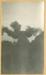 De kerktoren van Meensel-Kiezegem wordt door de Belgische genie opgeblazen, 17 augustus 1914 | The bell tower of the church in Meensel-Kiezegem is blown up by the Belgian engineers, 17 August 1914
