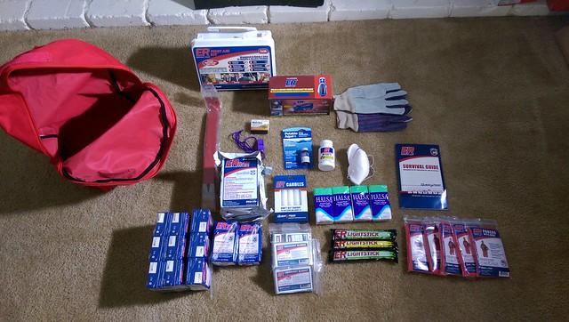 美國TUSTIN發的家庭緊急救難背包與內容物