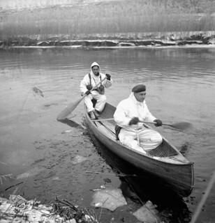 Infantrymen of the Lincoln and Welland Regiment in a canoe, training for the assault on Kapelsche Veer... / Soldats d'infanterie du régiment Lincoln and Welland s'entraînant dans un canot en vue de l'attaque sur l'île Kapelsche Veer...