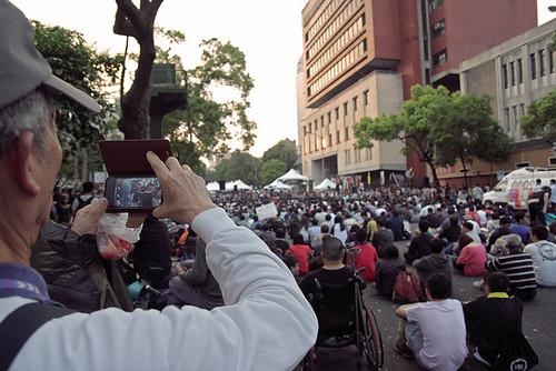公民以手機紀錄立院外大型集會。圖片來源:tomscy2000