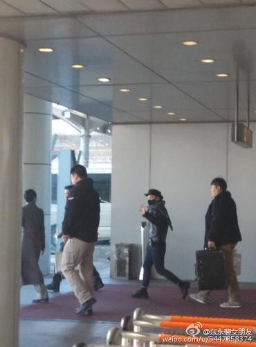 Taeyang arrival beijing airport 2015-01-31 - 1