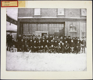 NWMP hockey team, 1902... / Équipe de hockey de la P.C.N.-O., 1902...