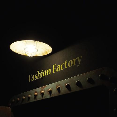 ファッションって、こんなおどろおどろしいものだっけ?地下ダンジョンみたい。 #グッジョバ #スピンランウェイ