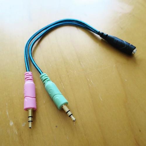 PC接続用のアダプター。ヘッドホンの音と、マイクと。