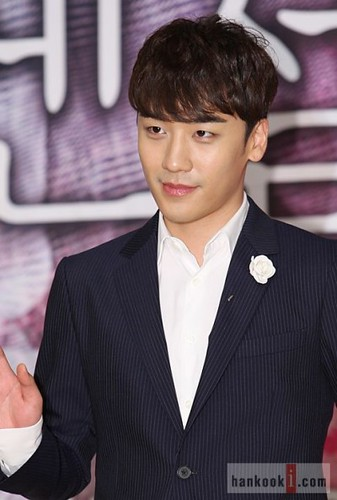 seungri_angel_eyes_press_conference_140403_2_009-400x593