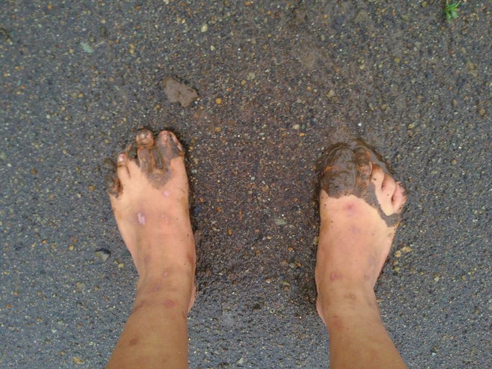 鄰田的土地踩起來都是水,無法穿拖鞋行走,鞋子會被黏住