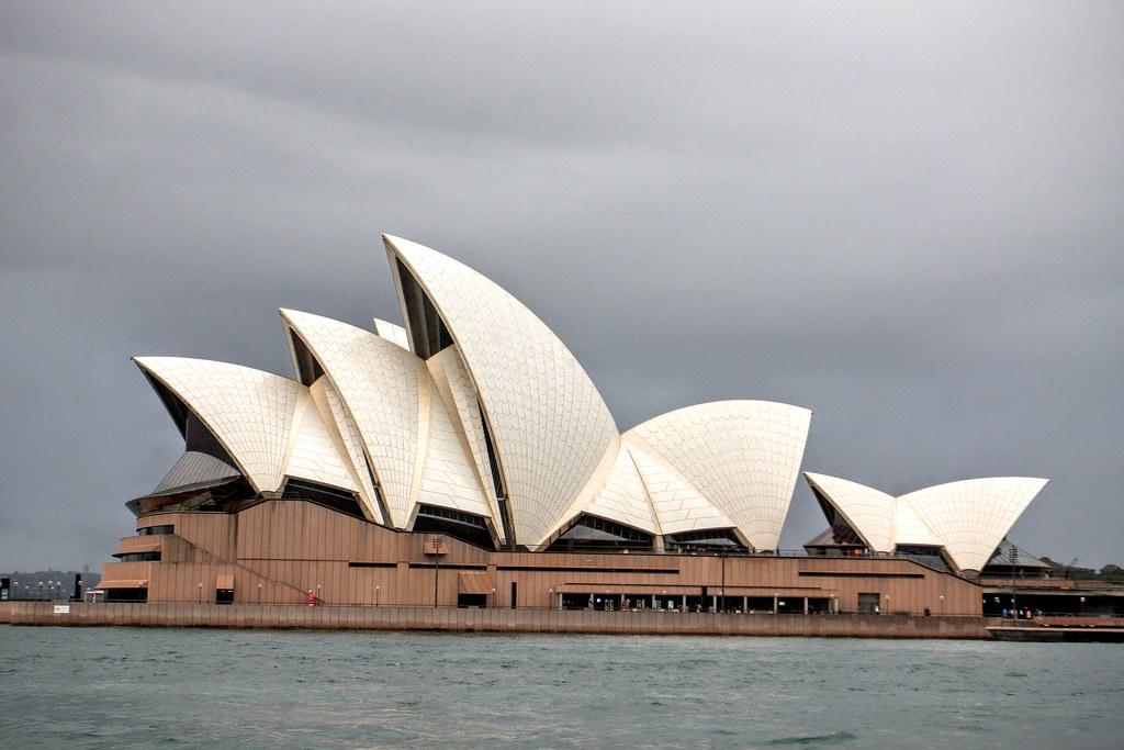 雪梨歌劇院在海上一景,蛋形結構是雪梨歌劇院的招牌,來之前已經盤算要在各個角度照一張照到晚上,但連綿不絕的下雨打消此念頭...