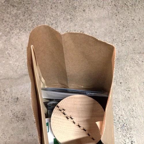 なんか、紙袋ん中にアリがいる!