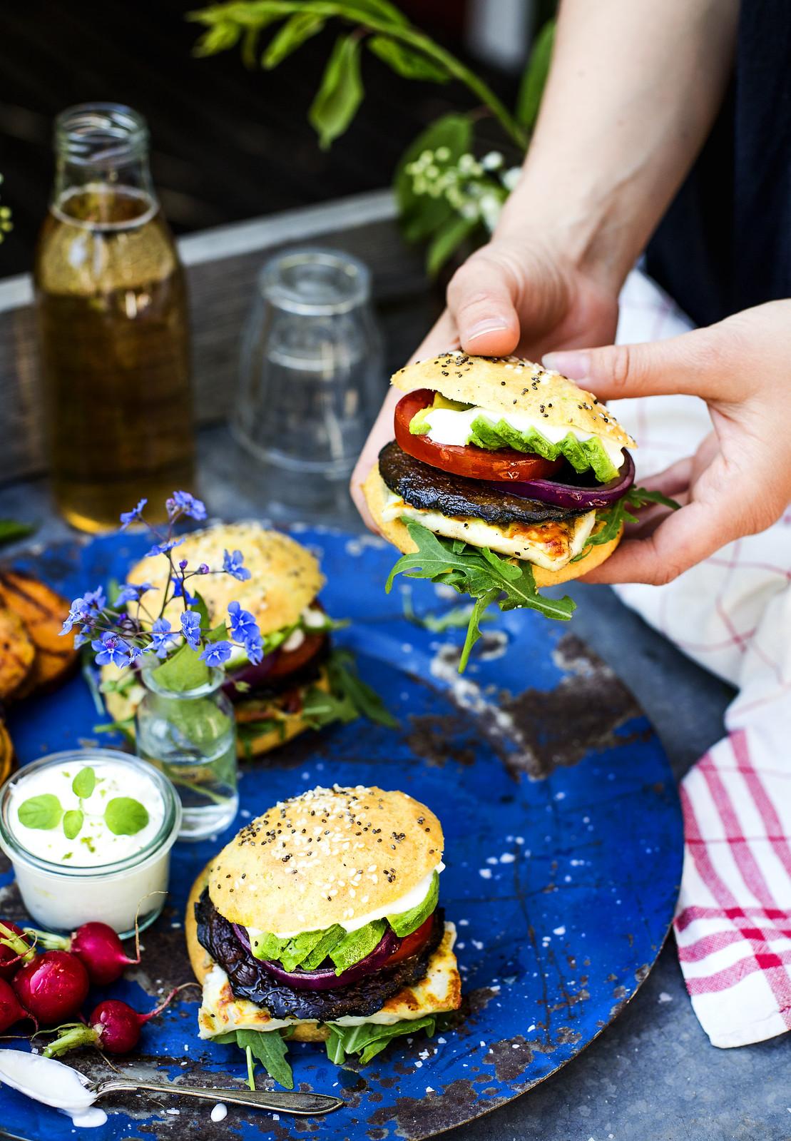 Vegetarisk hamburgare i glutenfritt hamburgerbröd, med halloumi & avokado - Evelinas Ekologiska