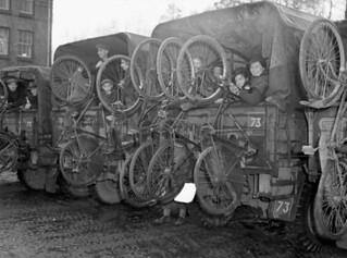 Trucks loaded with refugees and their bicycles, who were evacuated from south of Arnhem, arriving at Nijmegen... / Camions chargés de réfugiés avec leurs vélos, arrivant à Nimègue après avoir été évacués du sud d'Arnhem...